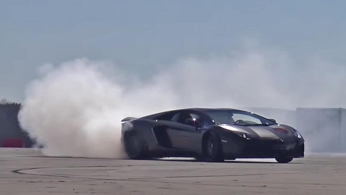 Un Aventador derrapando en un aeródromo