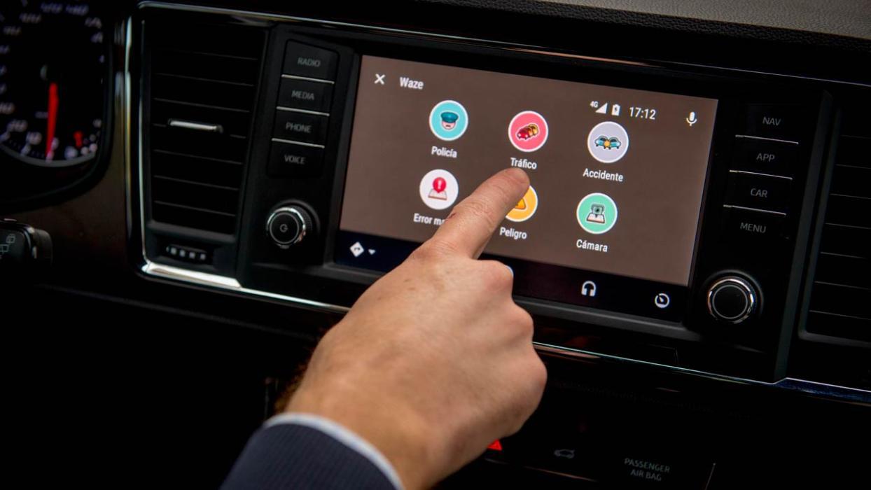 Cinco cosas que el coche conectado puede hacer solo